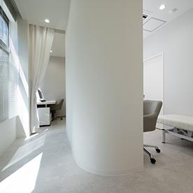 上本町皮フ科クリニック皮膚科診察室1